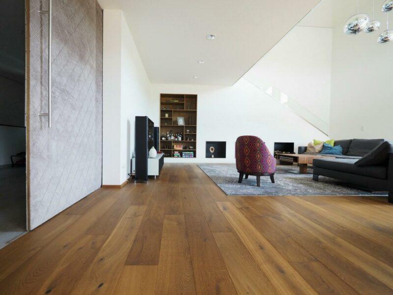 Dunkler Holzboden